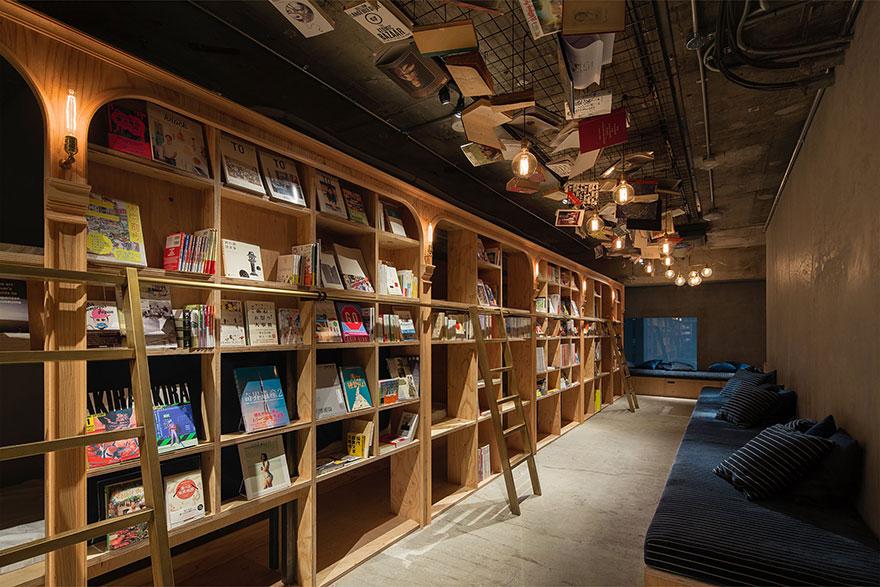 Book and Bed, İngilizce ve Japonca kitaplardan oluşan 1700 adet kitaba sahip.