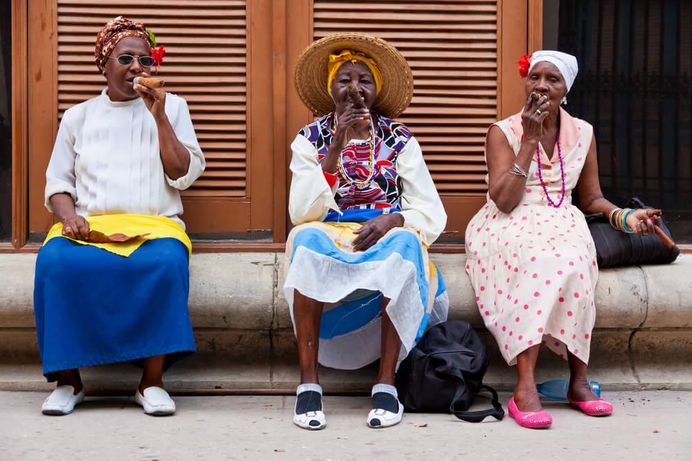 Küba Puro İçen Kadınlar