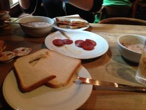Marketten tost ekmeği ve sucuk alarak yemeği ekonomik hale getirebilirsiniz:)
