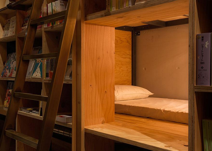 Kitaplıklı yataklar uyumak için ilginç bir yer gibi görünüyor.